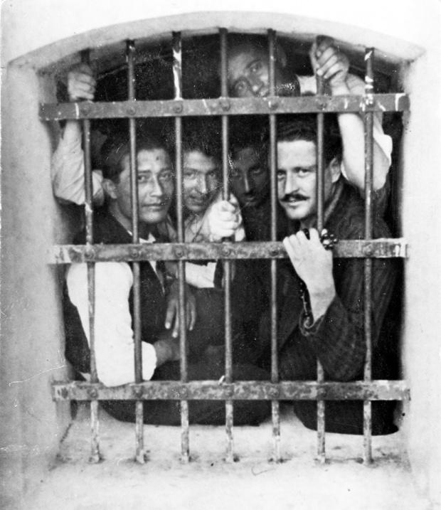 CAHİT SITKI TARANCI BİR ŞEY                           Nâzım-Hikmet-ve-mahkûm-arkadaşları-Bursa-Cezaevi1946.